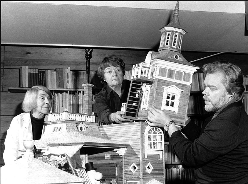 Tove Jansson Tuulikki Pietilä and Pentti Eistola building the Moominhouse_small