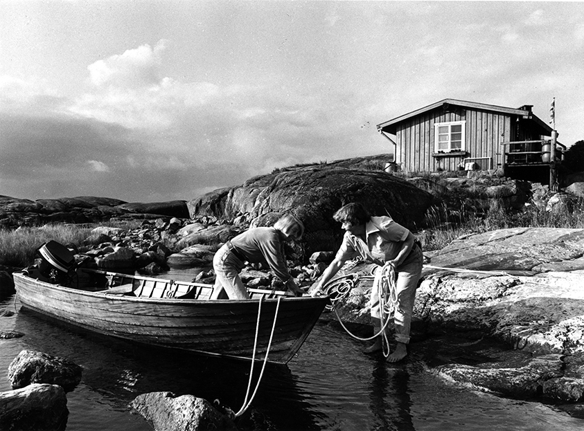Tove Jansson and Tuulikki Pietilä coming in by boat to Klovharun_small