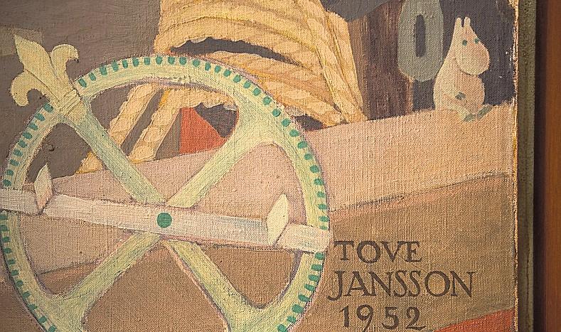 Haminassa taiteilijan signeerauksen yhteyteen, seinämaalauksen nurkkaan, on maalattu pieni Muumipeikko.