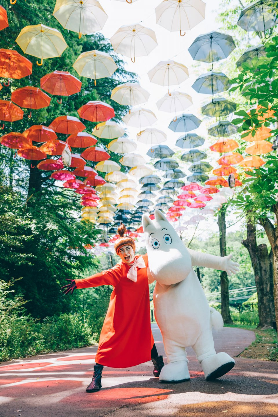 Moominvalley_Park_Umbrella_Sky_Installation_Hugging_Hanno_Japan_Hanno_Moomintroll_Little_My