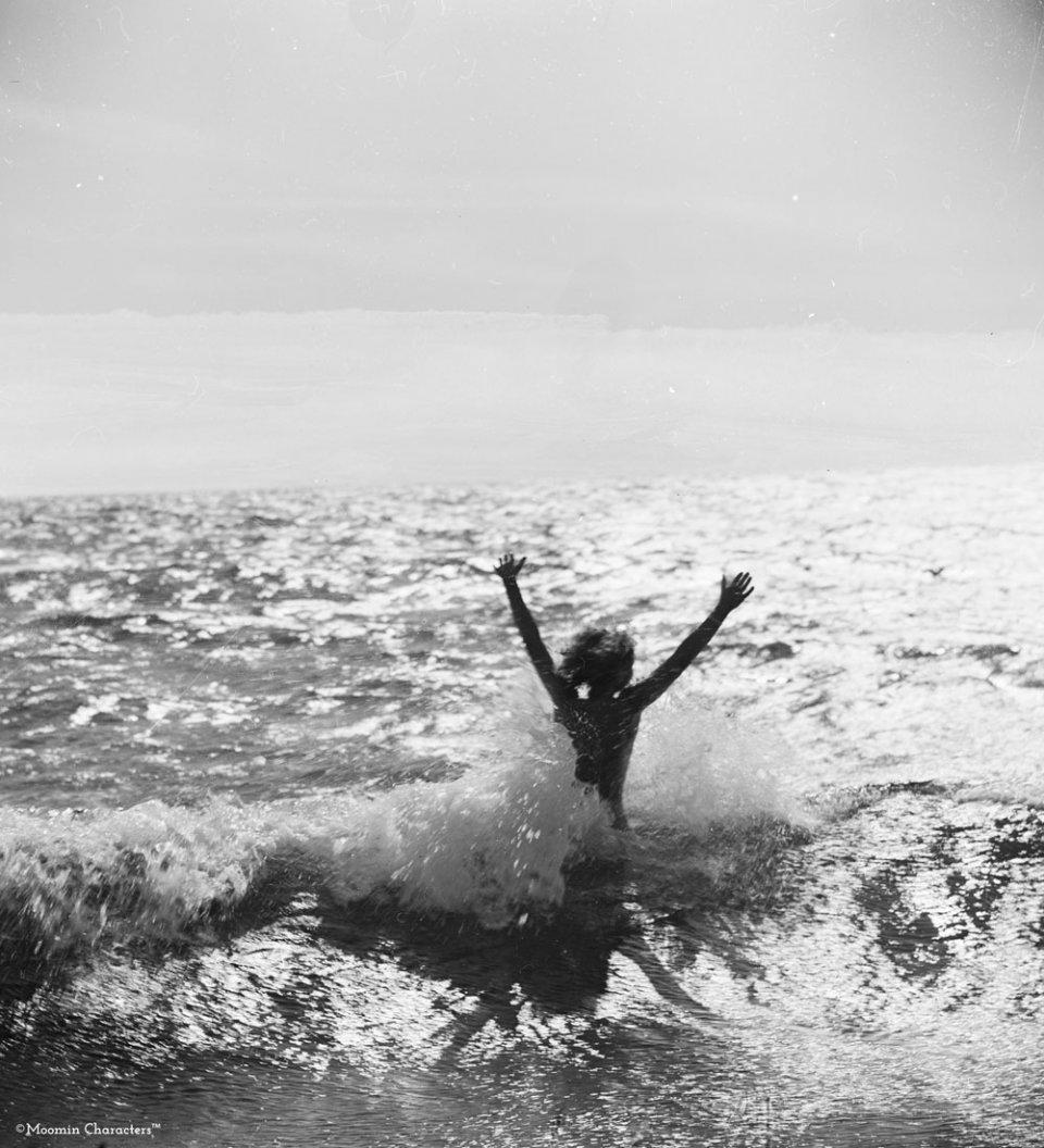 Tove-Jansson-bathing-in-the-sea-Moomincom_Per_Olov_Jansson_Original